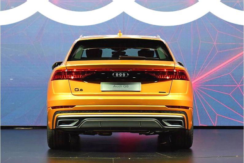 车尾的设计上,全新奥迪Q8则比较低调,略显平淡。尾灯运用了贯穿式设计,稍微增加了一些科技感和时尚感。